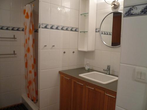 Dusche Offen Gr??e : Dusche und dem mit Holzt?ren versehenen Waschtisch verleiht dem Bad